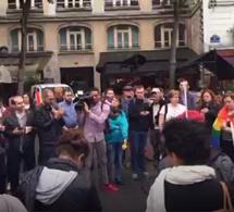 Des parisiens rendent hommage aux victimes de l'attaque d'Orlando (50 morts, 53 blessés)