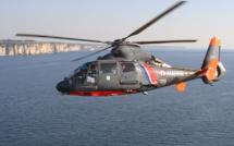 L'hélicoptère Dauphin de la Marine nationales, basé au Touquet, a hélitreuillé à son bord l'homme en difficulté (illustration@Marine nationale)