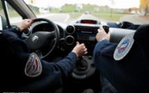 Les Mureaux : le conducteur âgé de 16 ans force un barrage et percute la voiture de police