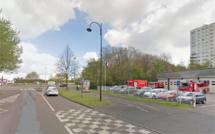 Perte de contrôle à Grand-Quevilly : la voiture percute un arbre et finit sa course dans la clôture des pompiers