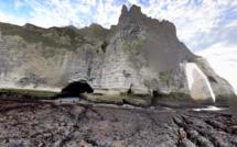 Etretat : des randonneurs piégés par la marée ramenés sur la terre ferme par les pompiers