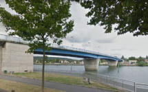 Elbeuf (Seine-Maritime) : trois policiers se jettent à l'eau et sauvent un homme suicidaire de la noyade