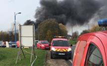 Violent incendie dans une casse automobile près de Rouen : deux blessés, la RN 31 est coupée