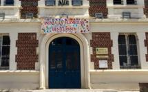 Calvados : fermeture de classes, les parents d'élèves de Villers-sur-Mer affichent leur colère sur la mairie