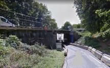 Seine-Maritime : une voiture en équilibre sur un pont, après une sortie de route près de Rouen