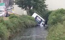 Fécamp : le camion de livraison finit sa course dans La Valmont