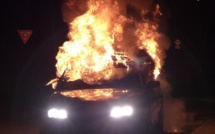 Seine-Maritime : les ados saccagent une voiture à Cléon et y mettent le feu, deux arrestations