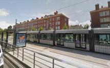 Le Havre : les jambes coincées sous une rame du tramway, un jeune homme dans un état critique