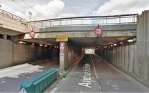 Rouen : la conductrice d'une voiture décapotable visée par un jet de pierre en passant dans une trémie