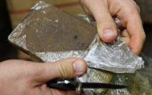 Près de 2 kg de drogue découverts par les policiers dans les deux sacs du fuyard, au Havre