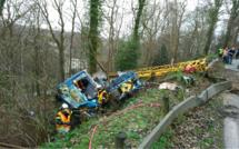 Opération spectaculaire pour relever la grue couchée dans le fossé près de Caudebec-en-Caux