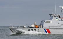 Équipé de palmes et d'une bouée, un migrant tente de rallier l'Angleterre à la nage depuis Calais