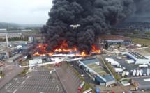 Incendie dans l'usine Lubrizol à Rouen : des flammes, des explosions et un gigantesque panache de fumée