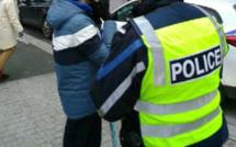 Les policiers ont remis à chacun un casque (pour ceux qui en étaient pas équipés), un brassard et un flyer expliquant la nouvelle règlementation prévue par le code de la route - Photo @ DDSP76