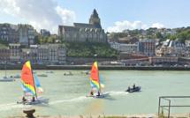 Seine-Maritime : l'accès du port du Tréport bloqué par un voilier échoué sur un banc de sable