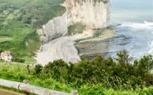 Seine-Maritime : un homme suicidaire menace de se jeter de la falaise avec sa voiture