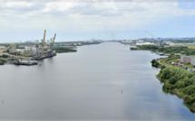 Suspicion de pollution aquatique dans le Grand canal du Havre : les pompiers font des recherches