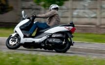 Jets de pierres et de pavés lors de l'interpellation d'un conducteur de scooter par la police, près de Rouen