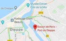 Seine-Maritime : un bateau de plaisance sombre dans le bassin de Paris à Dieppe