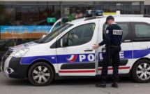 Une dizaine de jeunes, armés de pierres, tentent de barrer la route à une voiture de police à Cléon