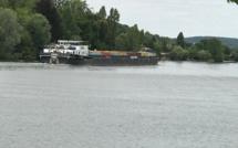 Seine-Maritime : une barge à la dérive sur la Seine à Caudebec-lès-Elbeuf