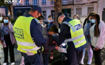 Les policiers ont remis aux usagers concernés des flyers mais aussi des brassards et couvre-sacs - Photo @ DDSP76