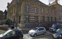 Avocats et greffiers cadenassent les grilles du palais de justice de Dieppe