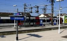 Yvelines : une policière blessée à coup de couteau en portant secours à une personne âgée agressée dans le RER