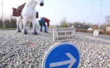 """Seine-Maritime : le rond-point du """"ramasseur de galets"""" refait à neuf pour le Tour de France"""