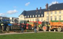 Rouen : les agriculteurs pique-niquent devant la préfecture avec fumier et pneus