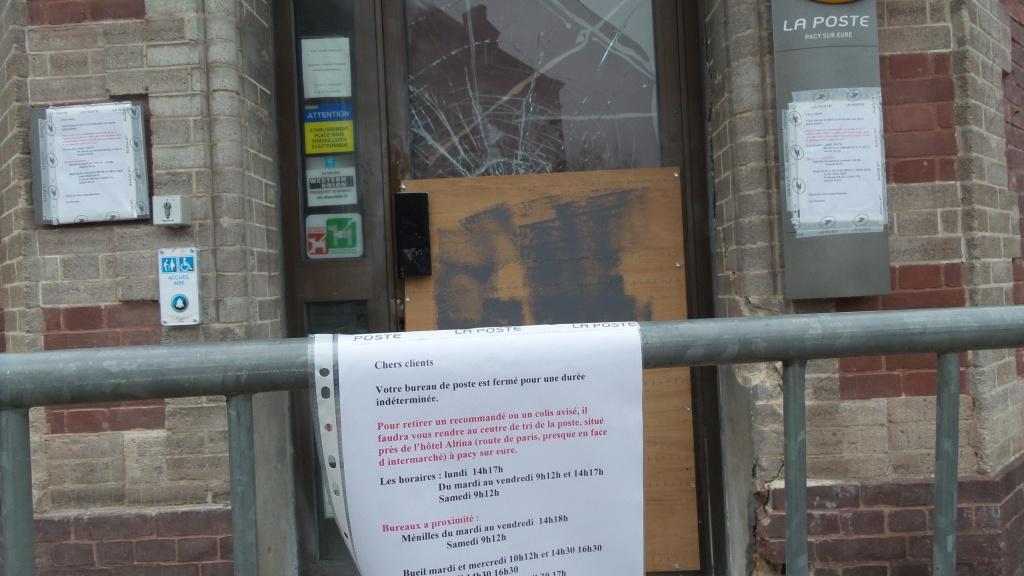 Une affichette indique au public les endroits où il peut s'adresser pendant la fermeture
